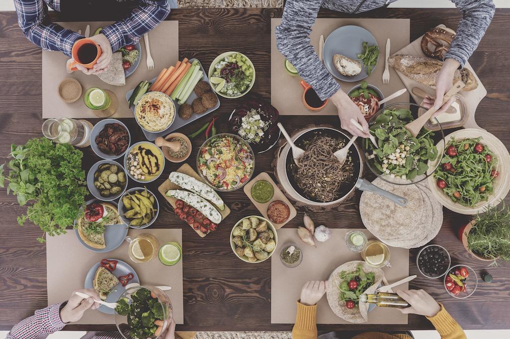restaurante con mesa de comida sana