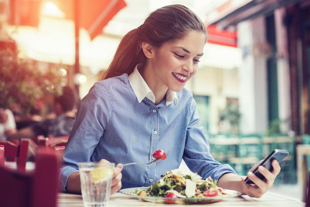 mujer comiendo comida saludable