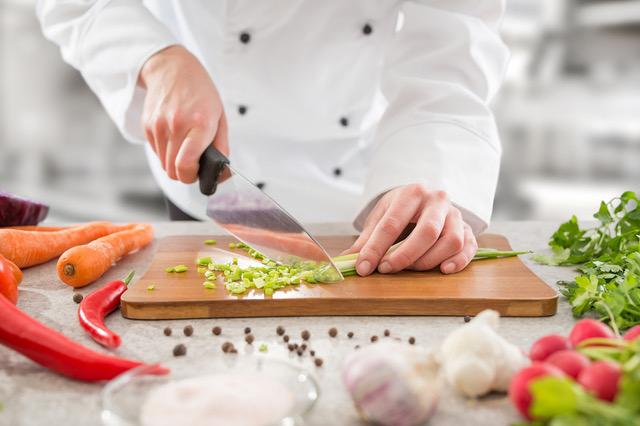 Cocinero cocinando un menu para deportistas
