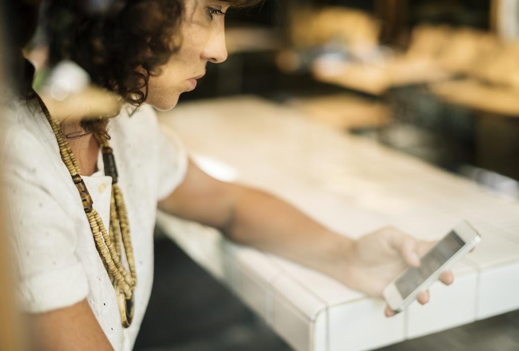 mujer usando menusapiens webapp