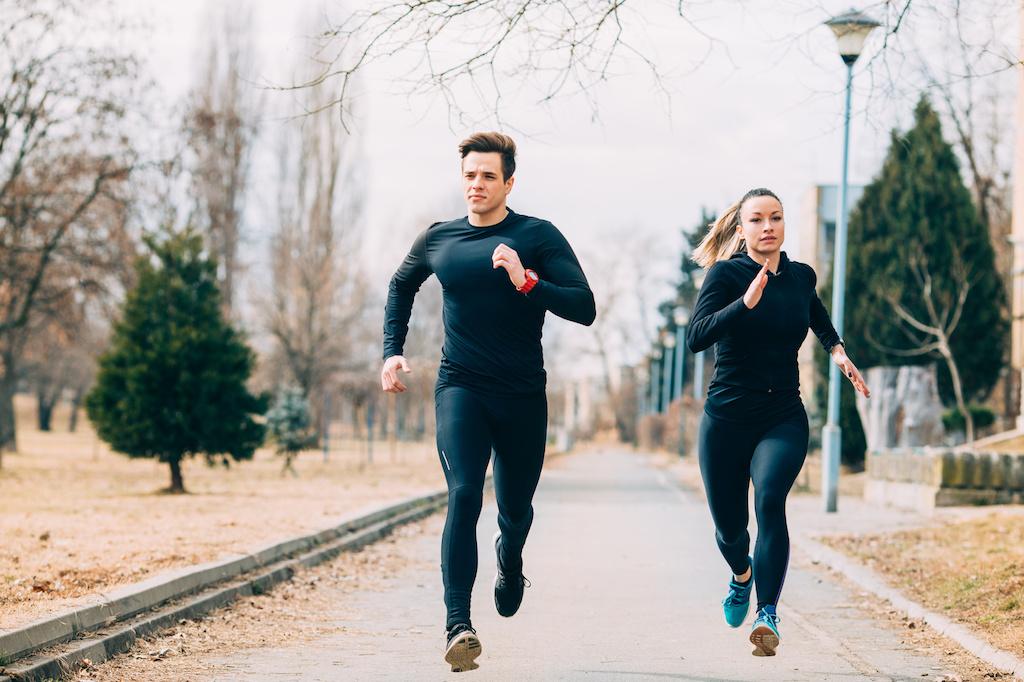 personas jóvenes corriendo