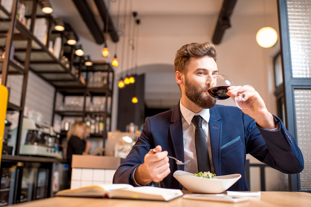 hombre comiendo en restaurante