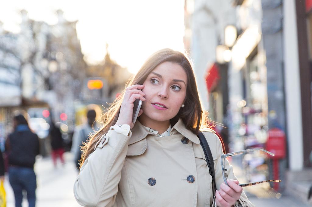 mujer buscando el menu del dia madrid