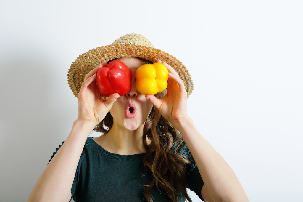 mujer vegana con verduras